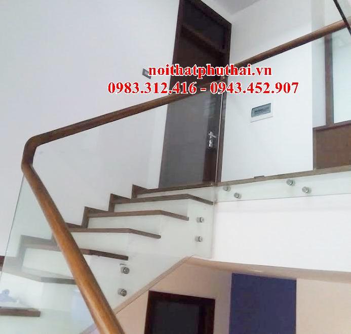Cầu thang kính tay vịn gỗ PT26