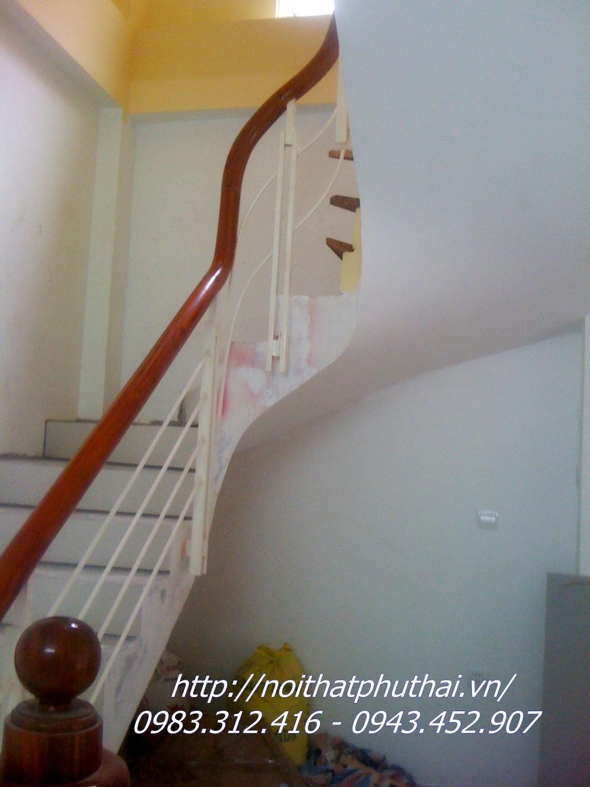 Cầu thang sắt hộp tay vịn gỗ