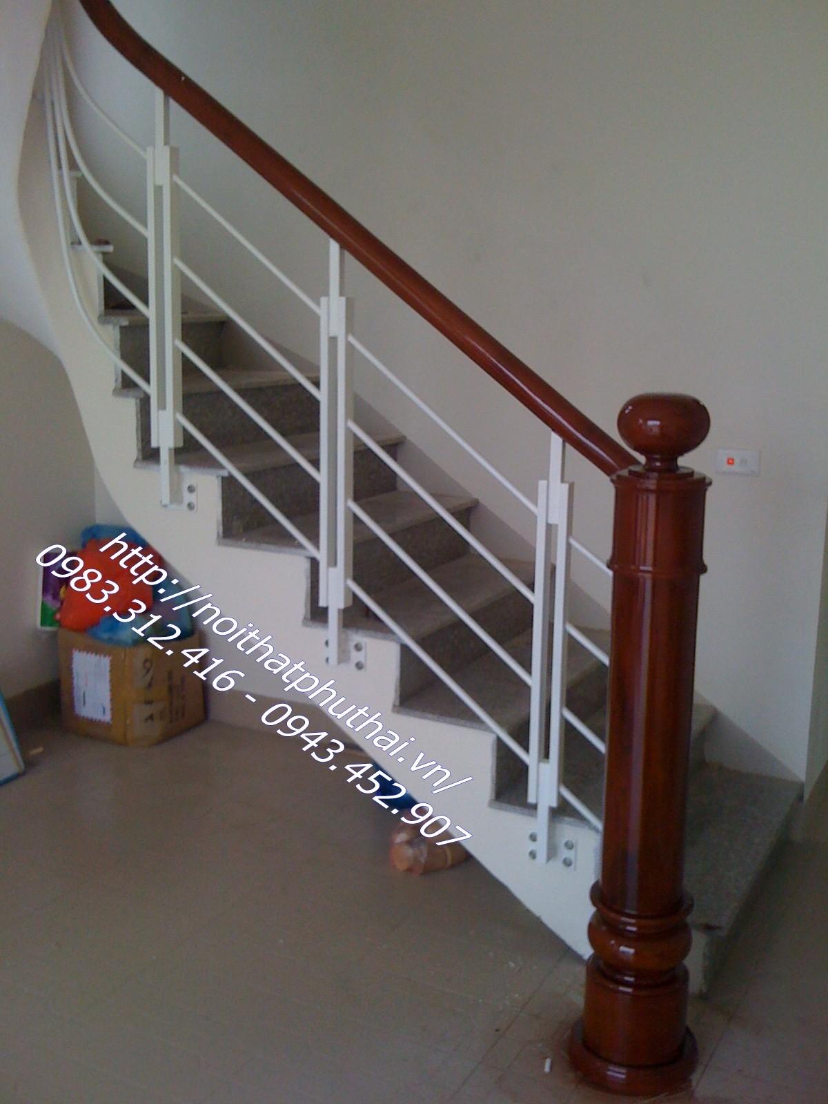 Cầu thang sắt tay vịn gỗ Phú Thái