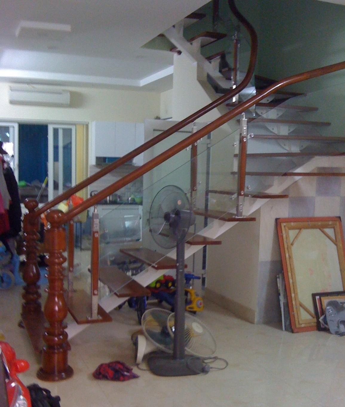 Cầu thang sắt xương cá lan can kính