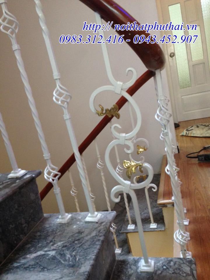 Cầu thang sắt nghệ thuật tay vịn gỗ Lim Nam Phi